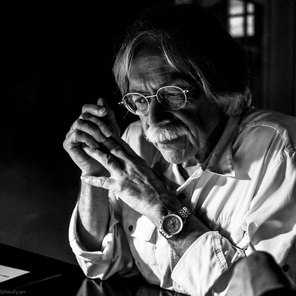 fotograaf met bril gevouwen handen (2 van 1)