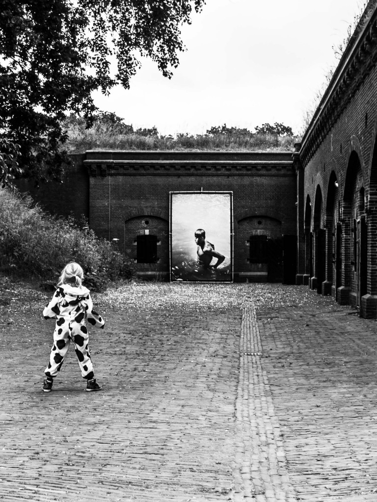 meisje in koetjespak en foto -1