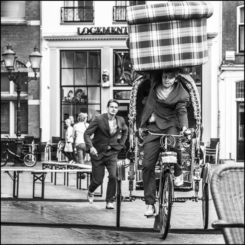 paarsen mannen met bank op fiets