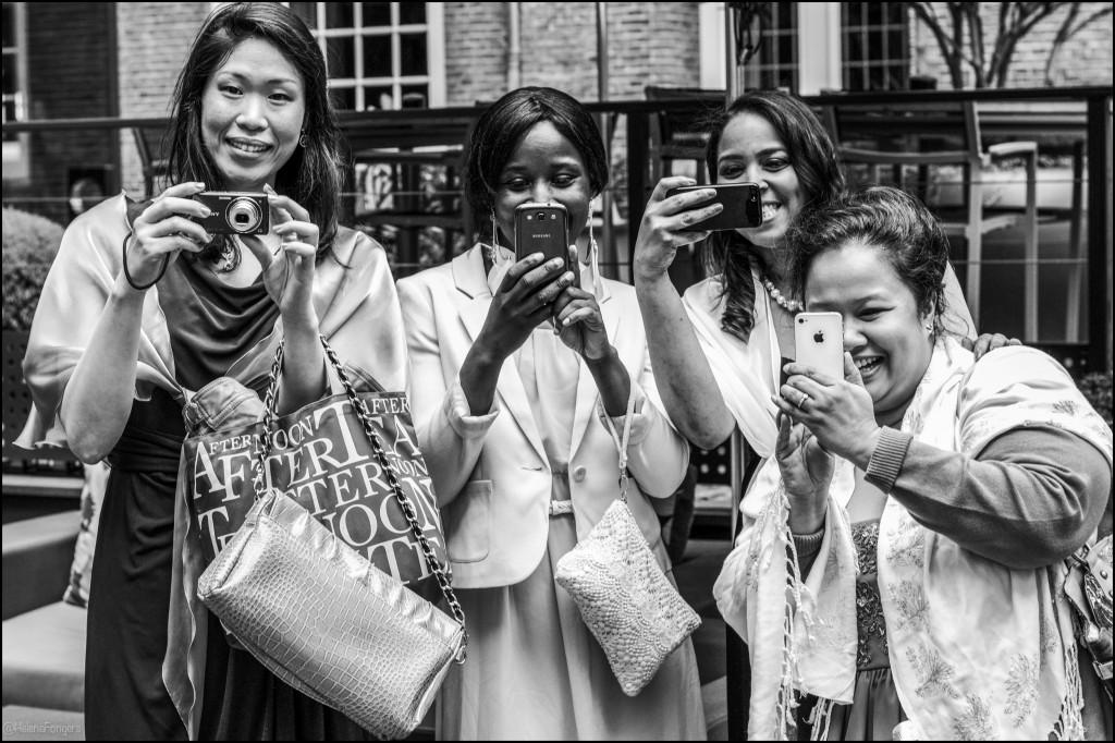 vier dames met mobiel