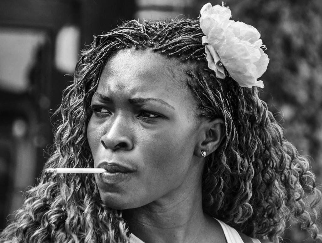 Vrouw met sigaret en dreadlocks rechthoek-1