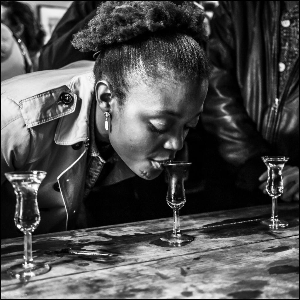 vrouw met lidteken drinkt van jeneverglas adam-1