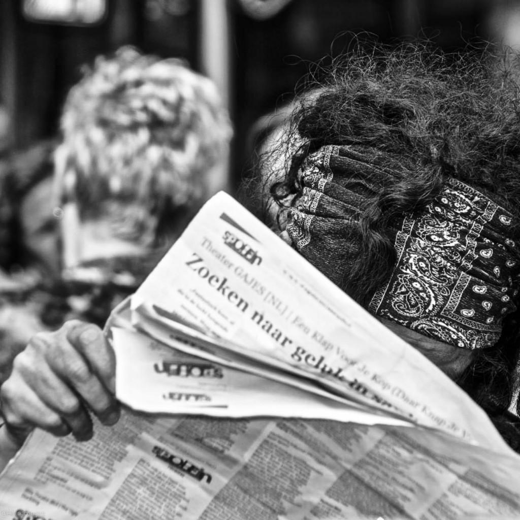 zoeken naar geluk vrouw met krant vierkant-1